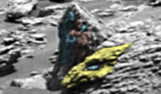 Dos extraterrestres tallados en piedra detrás de la cabeza de un dragón, en Marte